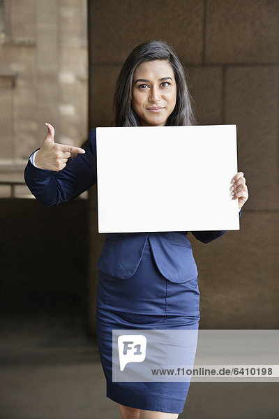 Portrait  Geschäftsfrau  zeigen  Zeichen  Indianer  jung  Signal