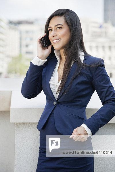 Handy  benutzen  Geschäftsfrau  Indianer  jung