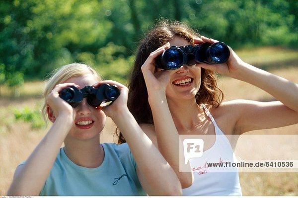 Jugendliche gucken durch Fernglas *** Local Caption ***