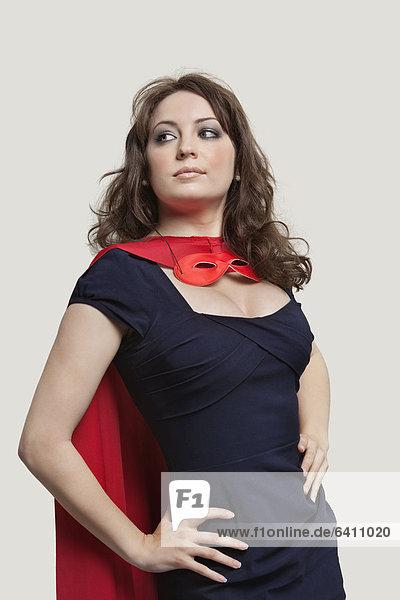 Frau Schönheit grau Superheld über Hintergrund Kostüm - Faschingskostüm Verkleidung