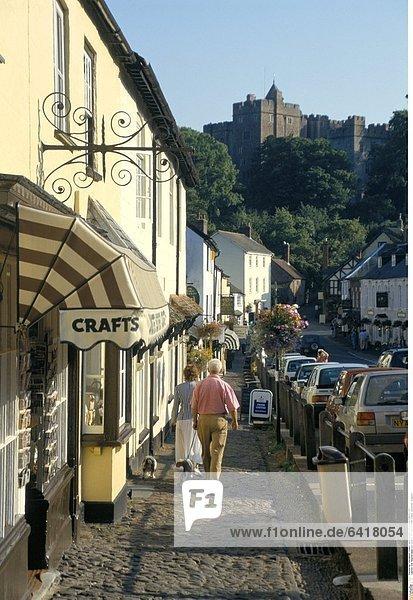 Die Hauptstrasse von Dunster mit dem Dunster Castle  Somerset  England