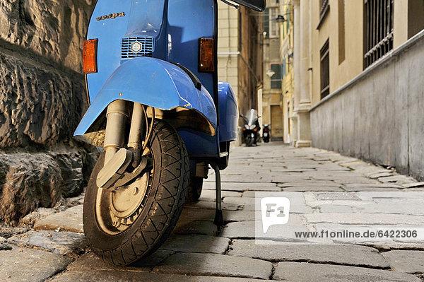 Gasse Geschichte Mofa Roller Kickboard sprechen Genua Italien Ligurien alt Roller
