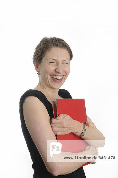 Junge Frau hält einen roten Aktenordner