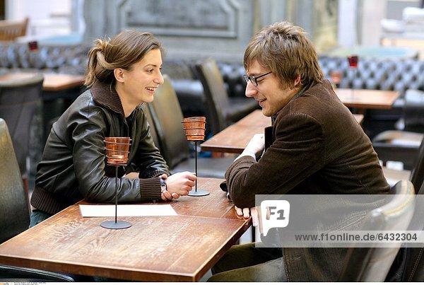 Ein verliebtes Paar in einem Cafe