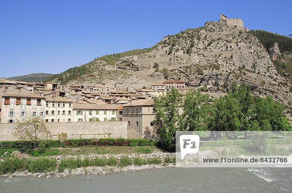 Entrevaux mit Festung am Fluss Var  Alpes-de-Haute-Provence  Provence-Alpes-Cote d'Azur  Südfrankreich  Frankreich  Europa  ÖffentlicherGrund
