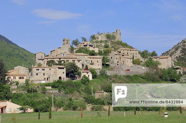Blick auf das Dorf Brantes  Vaucluse  Provence-Alpes-Cote d'Azur  Südfrankreich  Frankreich  Europa  ÖffentlicherGrund
