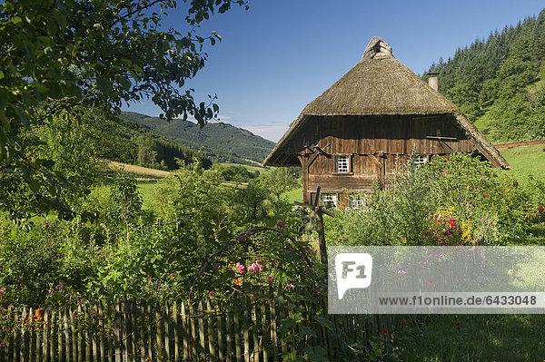 Strohgedeckte Mühle mit Bauerngarten  Oberprechtal bei Elzach  Schwarzwald  Baden-Württemberg  Deutschland  Europa