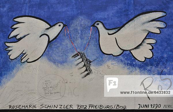Friedenstauben mit Brandenburger Tor an einem Rest der Berliner Mauer  Malerei von Rosemarie Schinzler  East Side Gallery  Berlin-Friedrichshain  Deutschland  Europa  ÖffentlicherGrund