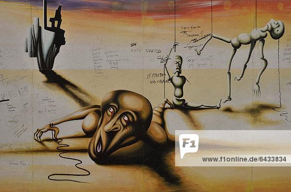 'Malerei ''Marionetten eines abgesetzten Stücks'' von Marc Engel auf einem Rest der Berliner Mauer  East Side Gallery  Berlin-Friedrichshain  Deutschland  Europa  ÖffentlicherGrund'