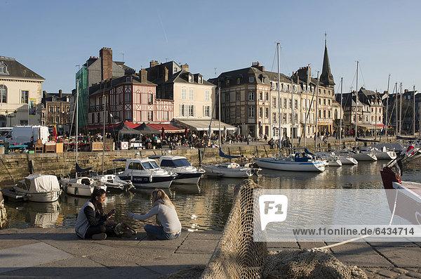 Hafen von Honfleur mit Häuserzeile am Kai  Normandie  Frankreich  Europa