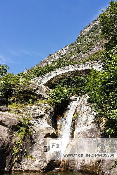 Steinbrücke und Wasserfall  Bleniotal  Tessin  Schweiz  Europa
