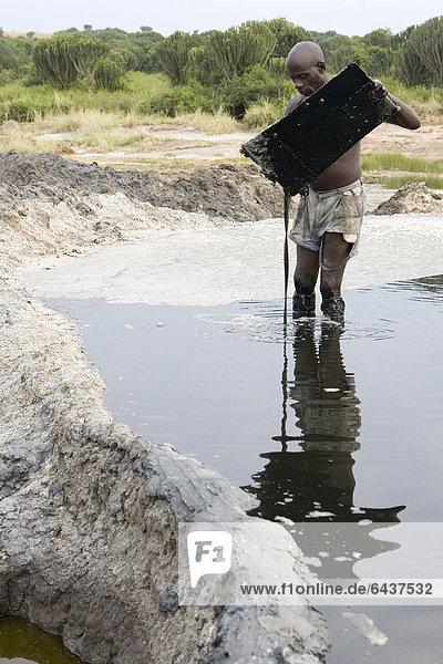 Salzarbeiter im Kasenyi Krater-See  Queen Elizabeth National Park  Kasenyi  Uganda  Afrika