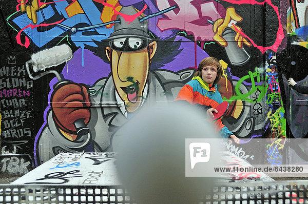 Junge - Person Tisch Bolzplatz alt spielen Tennis Jahr