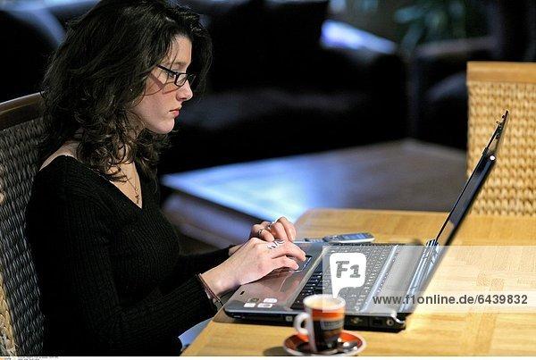 Junge Frau am Laptop
