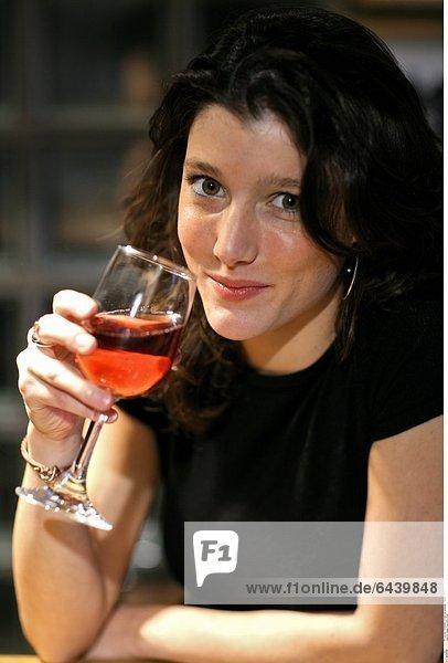 Junge Frau trinkt Wein