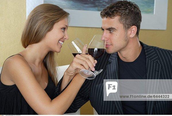Paar trinkt Brüderschaft