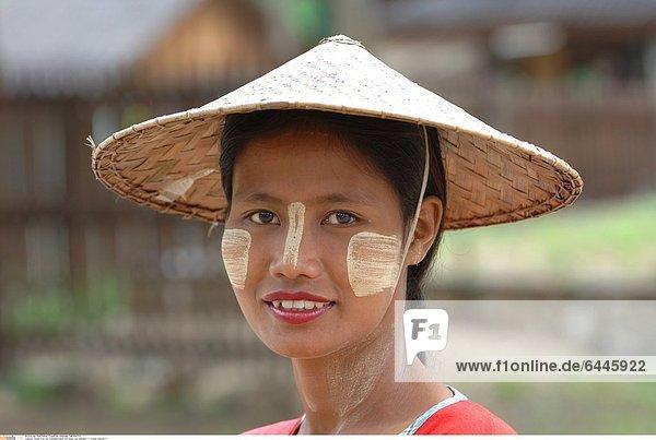 Junge Frau mit Thanaka-Paste auf Nase und Wangen *** Local Caption ***