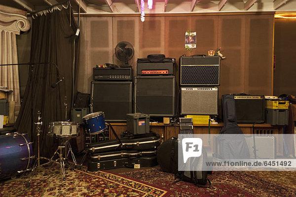 Musikinstrumente und Audiogeräte im Tonstudio