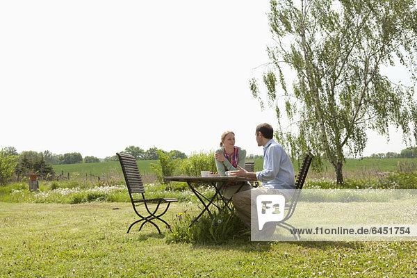 Ein Paar beim Frühstück im Garten