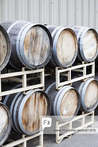 Gestapelte Weinfässer in einem Weingut Gestapelte Weinfässer in einem Weingut