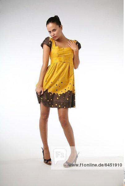 Frau in gelbem Kleid