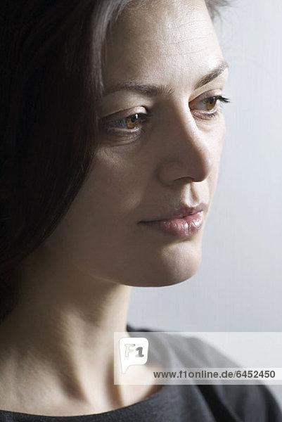 Eine Frau schaut weg