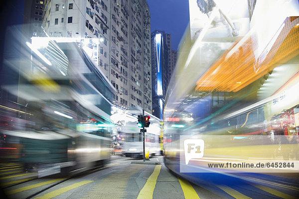 Busse  die sich nachts durch eine Stadt bewegen  verschwommene Bewegung Busse, die sich nachts durch eine Stadt bewegen, verschwommene Bewegung