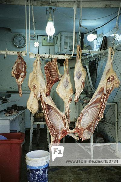 Rohes Fleisch hängend im Lagerraum