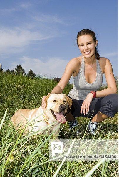 Junge Frau mit Hund in einer Wiese 60] *** Local Caption ***