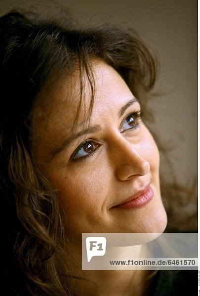 Portrait einer jungen  lächelnden Frau.