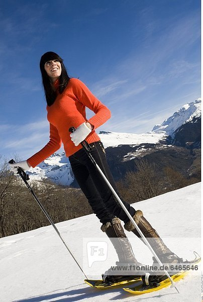 Frau auf Schneeschuhen *** Local Caption ***