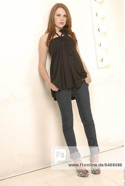 Junge Frau in schwarzem Oberteil und Jeans