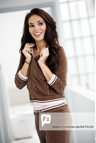 Junge Frau in braunem Trainingsanzug *** Local Caption ***