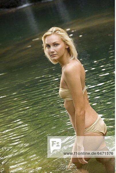 Junge Frau in goldenem Bikini *** Local Caption ***