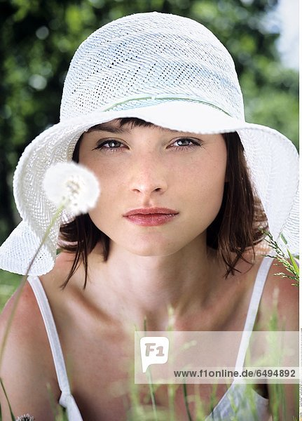 1236860 outdoor summer day people woman young 20-25 girl brunette fringe blouse white portrait close up vertical smile smiling hat