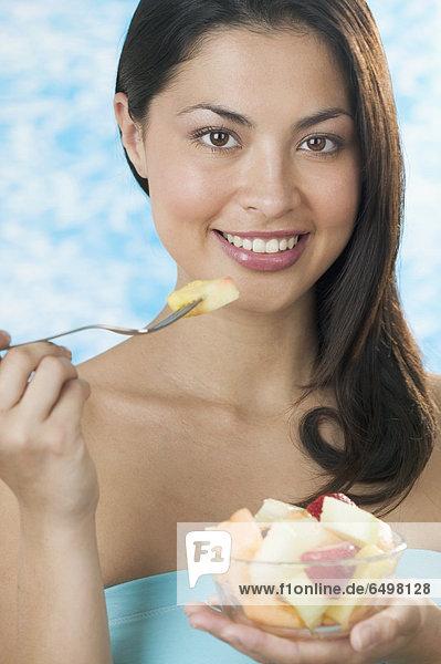 Portrait  Frau  Frucht  Schüssel  Schüsseln  Schale  Schalen  Schälchen  essen  essend  isst