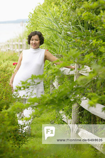 stehend  Frau  Schwangerschaft  Zaun