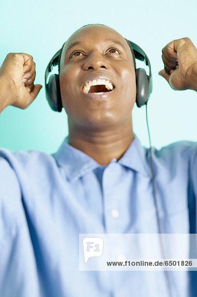 Mann Musikhören mit Kopfhörern