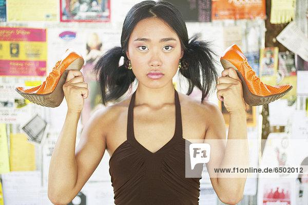 Pumps  hoch  oben  Portrait  Jugendlicher  halten  Schuh  Mädchen mund