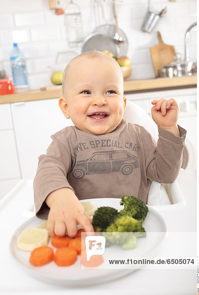 1266335 Little boy eating vegetables