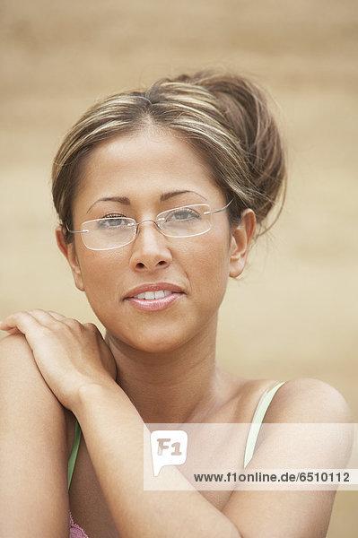 Portrait einer jungen Frau Brille tragen