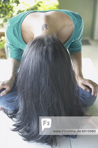 Frau  beugen  Tätowierung  verbogen  vorwärts