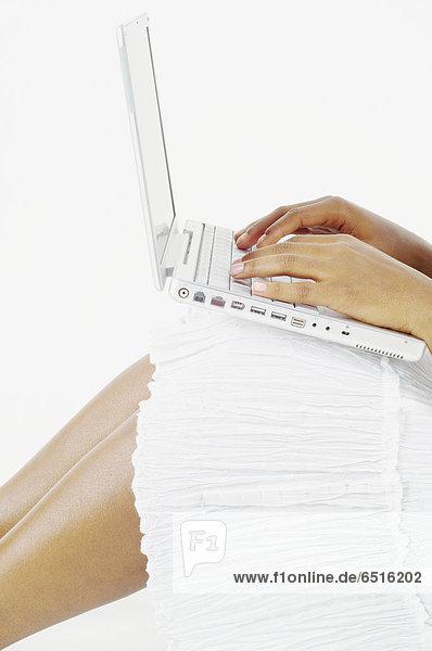 Anschnitt  Frau  Notebook  balancieren  Mittelpunkt  tippen  Menschliches Knie  Menschliche Knie