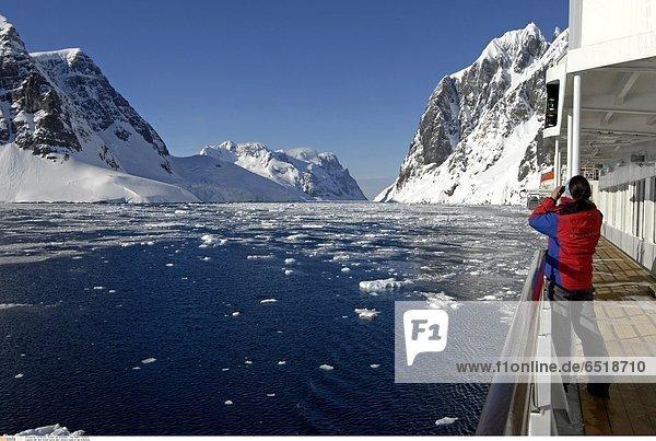 Mit dem Schiff durch den Lemaire Kanal in der Antarktis