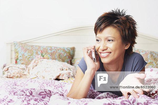Handy  Frau  sprechen  Bett  jung