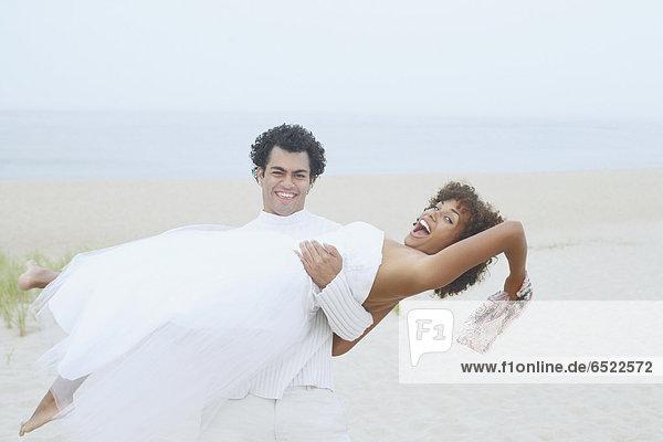 Mann  Freundin  Strand  halten  jung