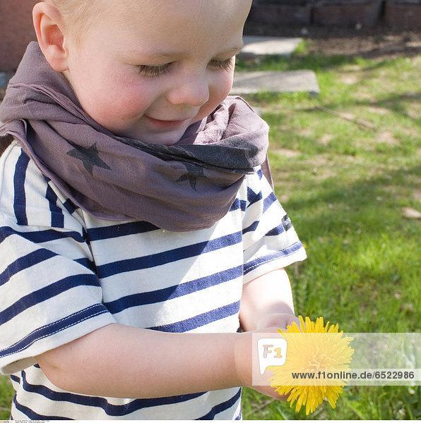 Child flower © Bost Anne-Sophie/Oredia