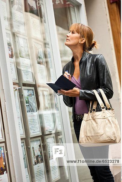 Woman real estate agency © Lucenet Patrice/Oredia