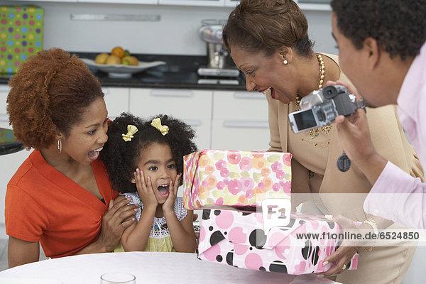 Geburtstagsgeschenk  empfangen  Geburtstag  jung  Mädchen