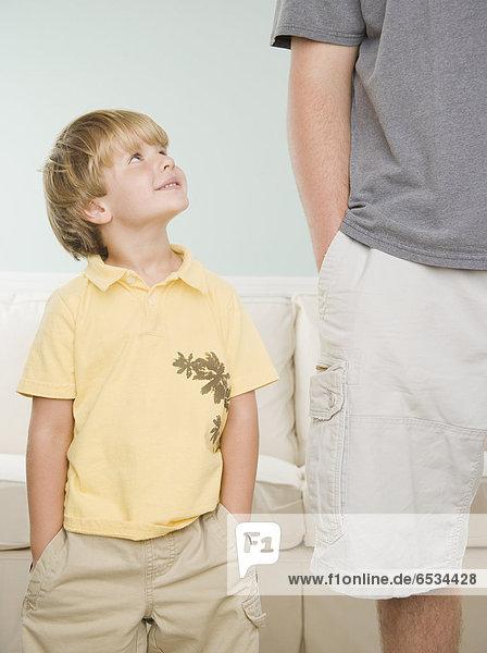 hoch  oben  lächeln  Junge - Person  Menschlicher Vater  jung
